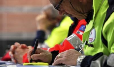 Esercitazioni ed eventi: un volontario della protezione civile prende appunti