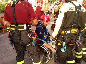 un operatore della Europe Consulting viene imbragato dai vigili del fuoco durante l'esercitazione di evacuazione ad Amalfi