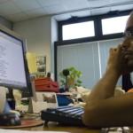 un operatore della europe consulting controlla le agenzie stampa