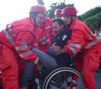 soccorritori-aiutano-un-disabile-motori