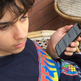 Tramite il proprio smartphone, un ragazzo con disabilità visiva utilizza le nuove tecnologie