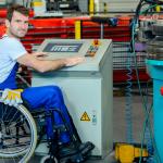 strategia europea sulla disabilità. uomo in carrozzina al lavoro