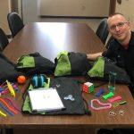 Eric Henry Vigiledel Fuoco e Paramedico si fa fotografare insieme ai suoi kit sensoriali