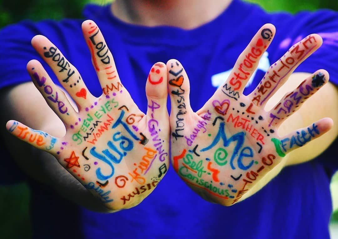 """immagine contro stigma sociale: due mani con tante scritte """"just me"""""""