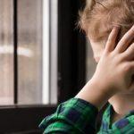 bambino con autismo di spalle alla finestra per Autismo: App e software