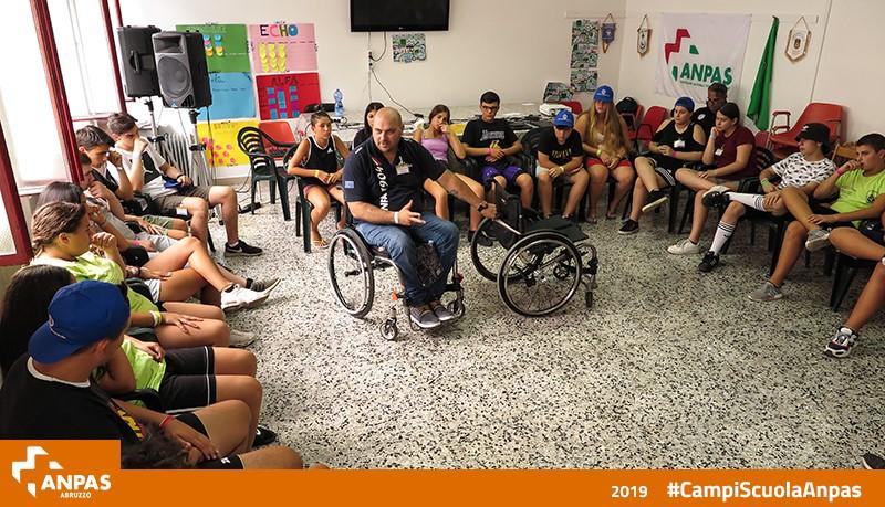 lezione di soccorso persona con disabilità motoria al campo scuola di Fara San Martino