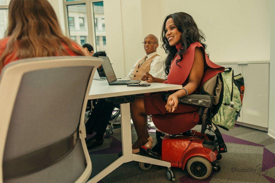 Persona disabile al computer