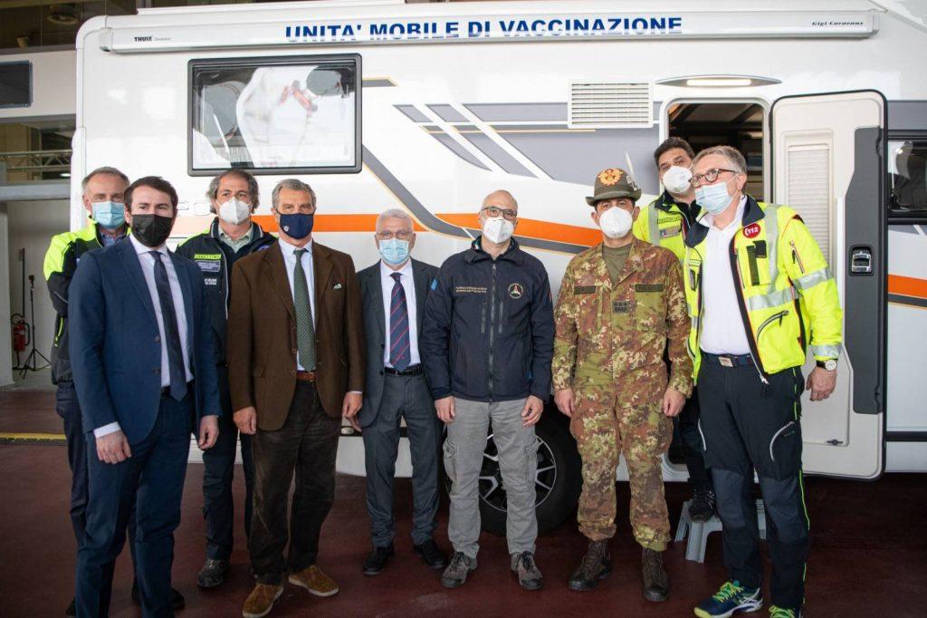 Foto Unità Mobile vaccinale di ANCI Lombardia.  Al centro il Capo Dipartimento Protezione civile nazionale