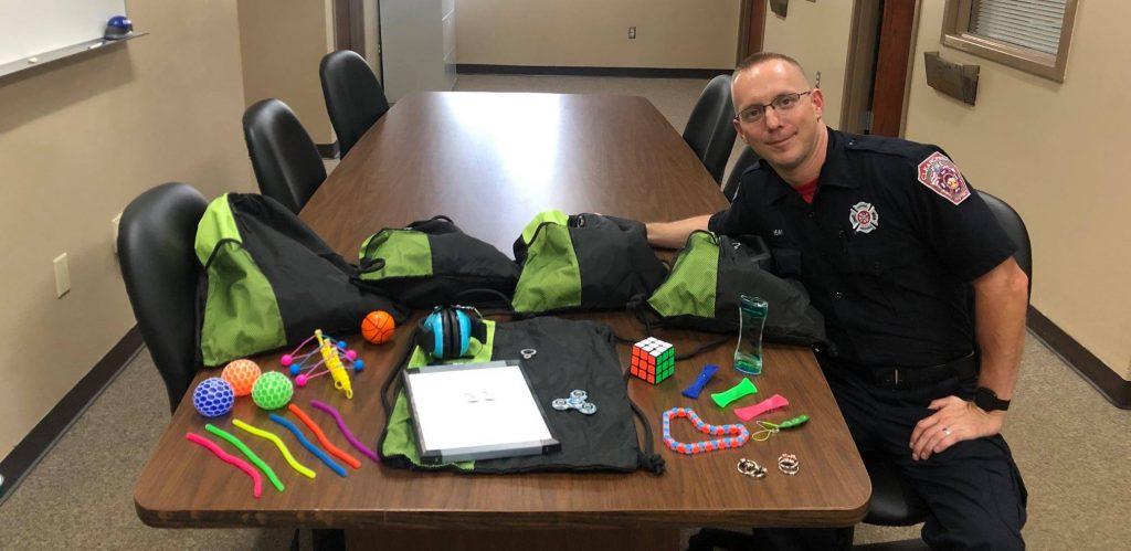 il vigile del fuoco e paramedicoEric Henry ha fatto attrezzare 3 caserme con kit sensoriali per persone con autismo